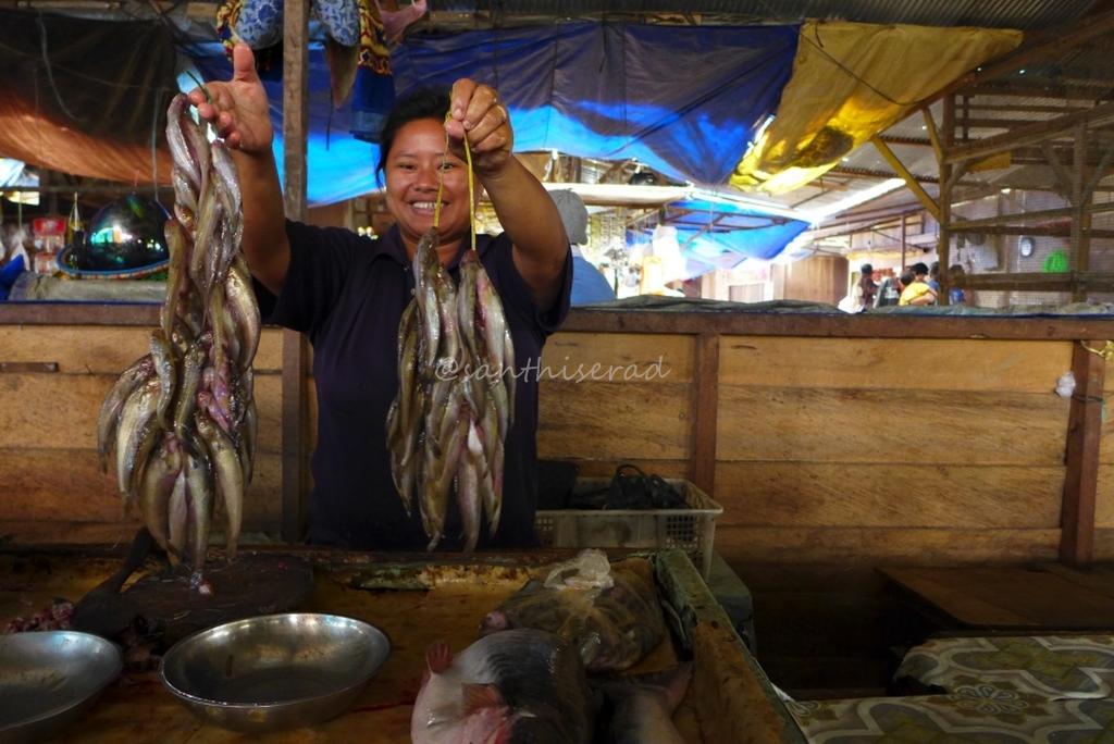 Foto Olah Bebaya Melak , Penjual Ikan Lais Lepuk (Copy)