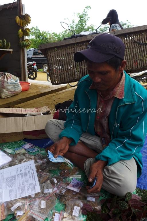 Foto Pasar Jaras, Penjual Herbal Dayak (Copy)