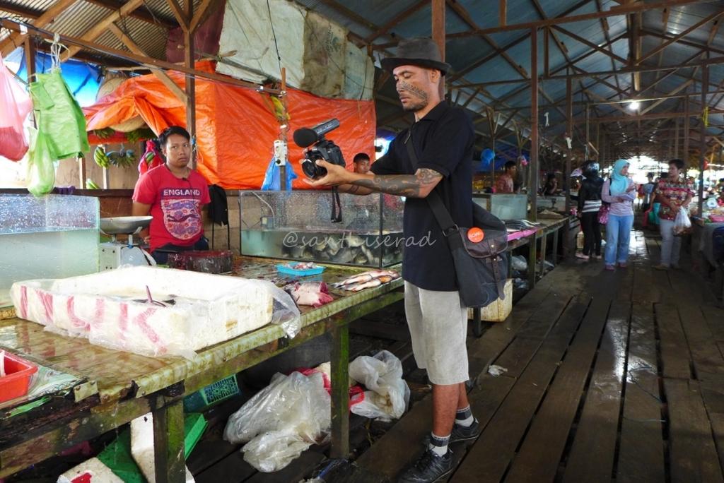 Foto Pasar Olah bebaya Melak , Bang Rahung sibuk dokumentasikan ragam ikan air tawar (Copy)