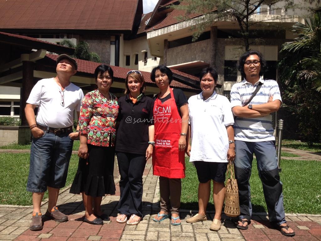 Foto bersama dengan ibu Lilik dan tim kantin DWP Kubar (Copy)