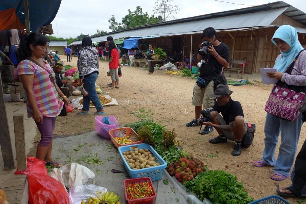 Foto pasar Olah bebaya Melak mencatat, mendokumentasikan hasil alam Kutai Barat (Copy)