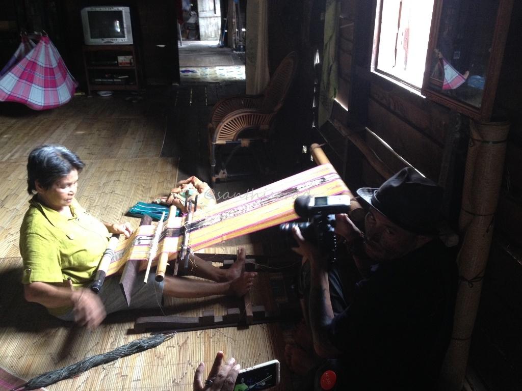 Nenek Roni menenun Ulap Doyo (Copy)