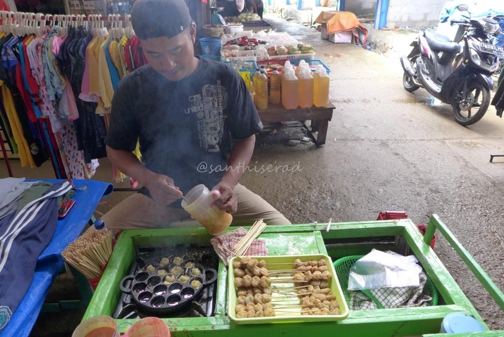 Pak Handoko penjual Pentol Goreng di Pasar Nala (Copy)