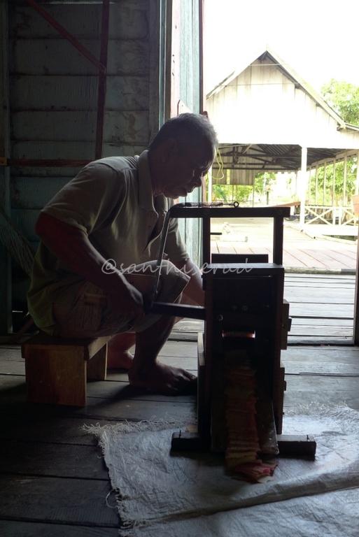 Pak Syuriansyah, pengrajin kerupuk Bumbu (Copy)