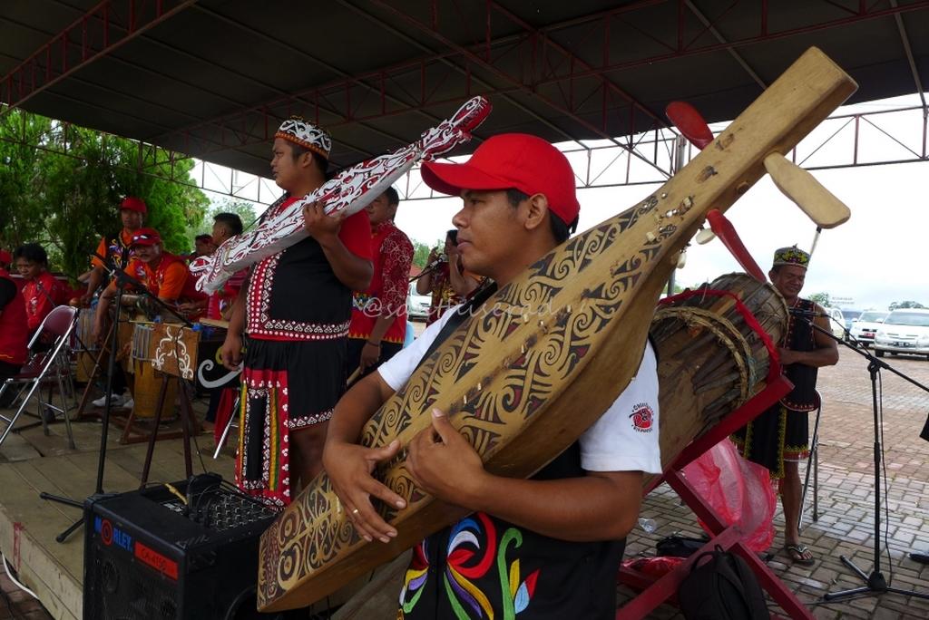 Pemain alat musik tradisional Dayak, Sampeq (Copy)
