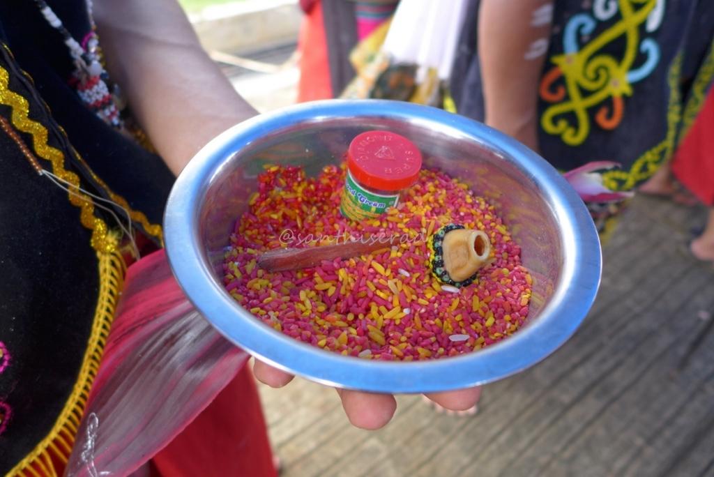 beras merah dan kuning, bagian dari upacara Nalitn Taotn (Copy)