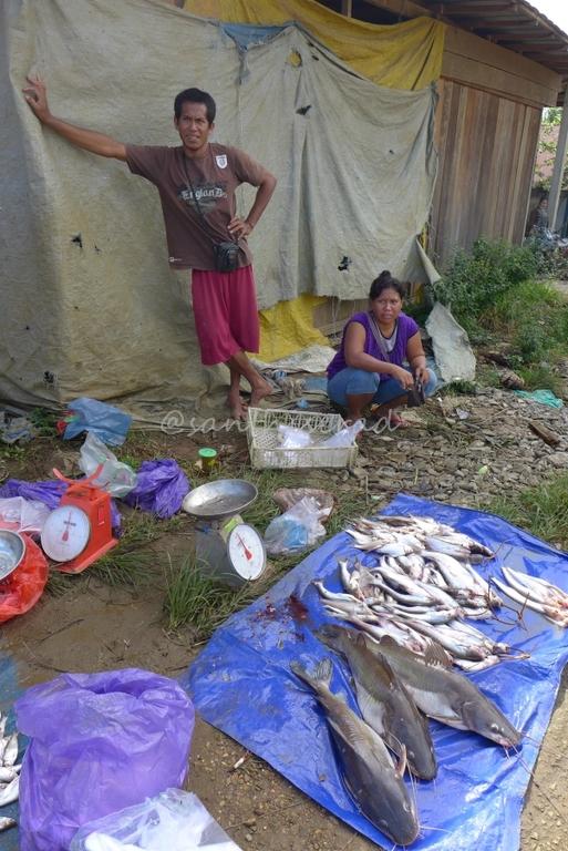 penjual ikan lesehan di pasar nala (Copy)