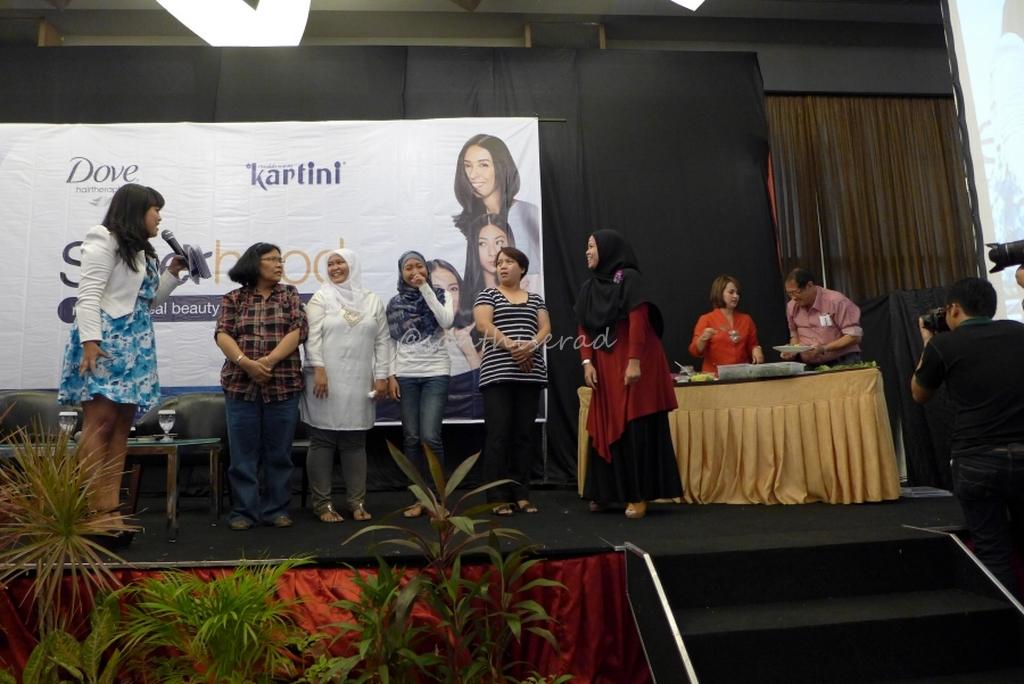 menyiapkan Urap Pegagan untuk quiz Acara Talkshow Sisterhood Kartini-Dove (Copy)