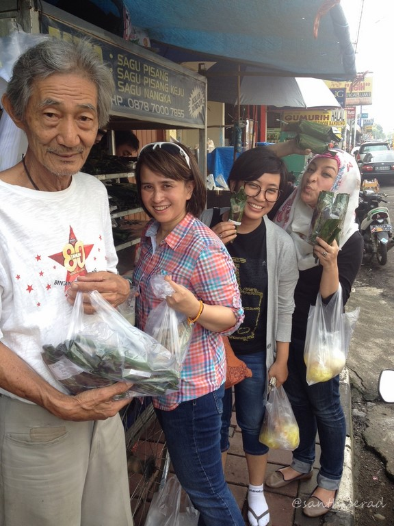 Foto dgn Koh Giok penjual aneka Pepes & Pepes Sagu (Copy)