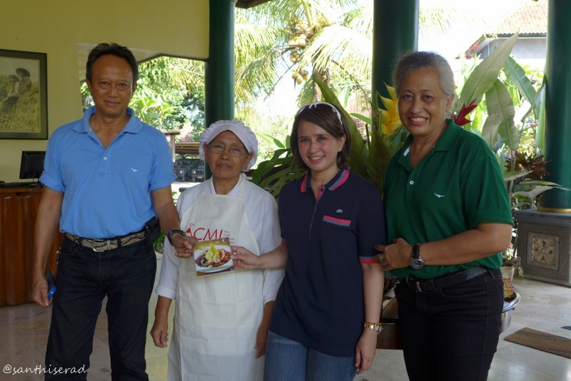 Foto dengan juru masak Ibu Muryati, Ibu Endang dan pak Pudji (Copy)