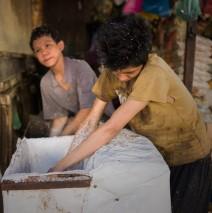 Pasar Kodim Pekanbaru: Kompak Memarut Kelapa