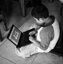 Sedang Sibuk Bermain Teknologi