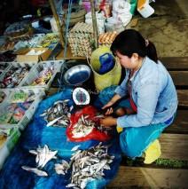 Pasar Nala, Kutai Barat: Membersihkan Ikan